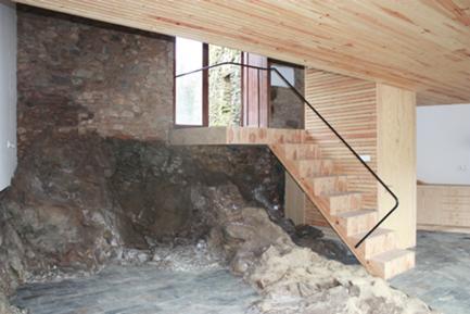 Vista da escada com o afloramento rochoso