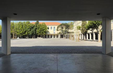 O pátio visto a partir do novo coberto de entrada.
