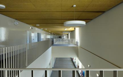 O novo átrio da escola é uma sala de circulação e estadia, de brincadeira e estudo.