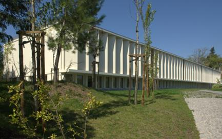 Alçado Nascente. A biblioteca situa-se no piso térreo e os laboratórios no piso superior.