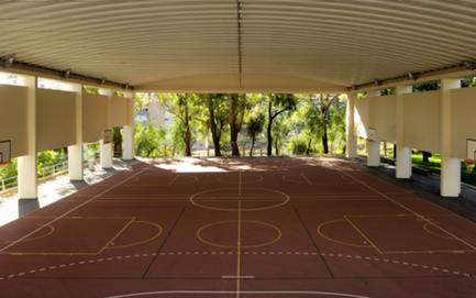 Vista do novo campo desportivo coberto, a partir do antigo Pátio das Caravelas.