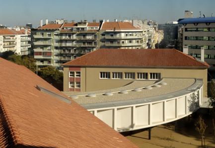 Vista dos telhados dos edifícios existentes, do corpo da nova biblioteca e da cidade, a partir da torre.