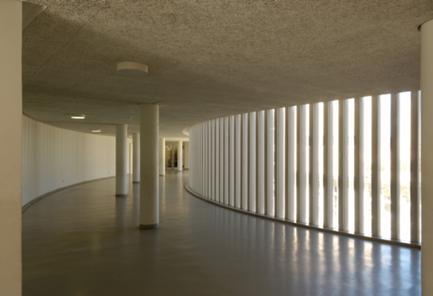 Vista do espaço adjacente à biblioteca, no interior da ponte.