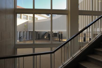 Vista para o pátio, a partir da escadaria principal da escola, restaurada.