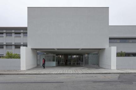 Entrada principal entre o edifício de aulas preexistente e o novo volume