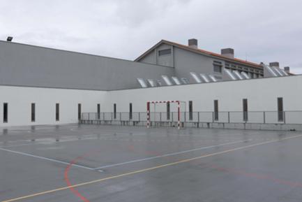 Pátio nascente (espaço desportivo) - ao fundo, por detrás da vedação, pátio rebaixado da sala de professores (ver fotografia 6)