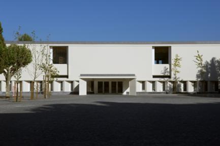 O contorno do pátio existente foi completado com um novo edifício