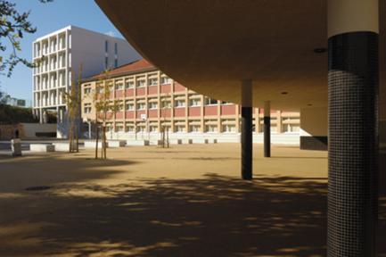 Vista do pátio da escola a partir do novo recreio coberto.