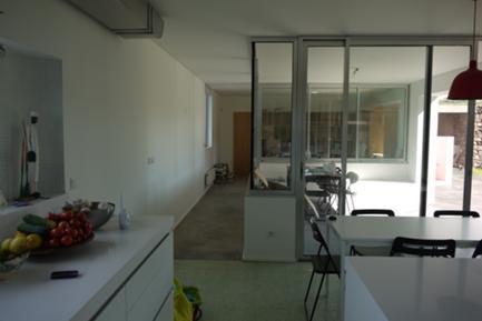 Vista da Cozinha para o Exterior Coberto e o Escritório