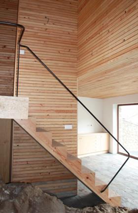 Vista da escada, cozinha e volume suspenso dos quartos